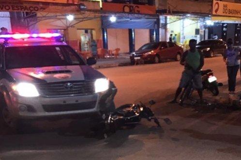 Ribeira do Pombal: Após colisão com viatura policial, motociclista é conduzido para a Delegacia por não possuir CNH