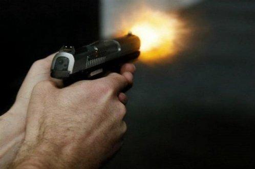Jovem é assassinado e criança é baleada após criminosos invadirem residência, em Ribeira do Pombal