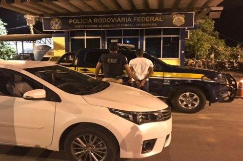 PRF captura foragido com veículo roubado, em Ribeira do Pombal